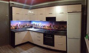 Бежевая кухня 12 кв. м с ночным городом на фартуке и черно-белыми обоями