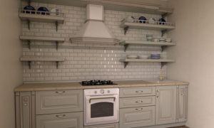 Светлая кухня без верхних шкафов в классическом стиле