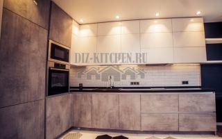 Бело-серая кухня с контрастными фасадами в стиле лофт, с барной стойкой