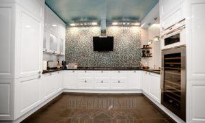 Роскошная современная симметричная кухня с мозаичным фартуком