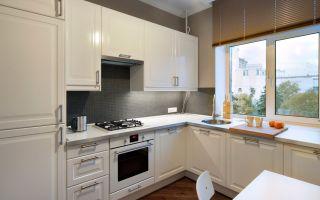 Кухня под окном: преимущества и недостатки, установка аксессуаров, размещение мойки