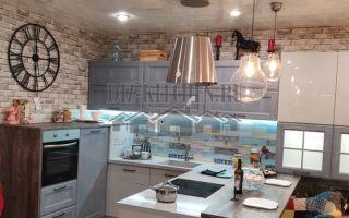 Яркая серо-голубая кухня из массива в стиле лофт с полуостровом