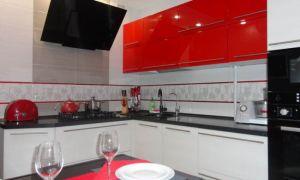 Красно-белая глянцевая Г-образная кухня 9 кв.м