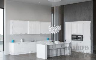 Оригинальная белая классическая кухня в загородном доме