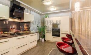 Кухня с пластиковыми фасадами Модель-2 на площади 20 м<sup>2</sup>, с барной стойкой