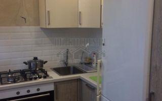 Бежево-коричневая кухня 6 кв. м, со столешницей-подоконником