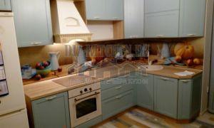Голубая классическая кухня из массива ясеня с ярким фартуком