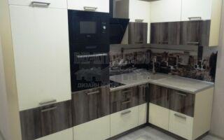 Современная белая кухня с темным центром на площади 6 м<sup>2</sup>