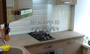 Современная глянцевая кухня 8 кв. м цвета кофе с молоком