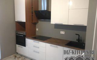 Маленькая белая кухня 6 кв. м. с модными глянцевыми фасадами