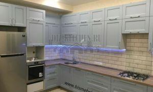 Серая угловая кухня в стиле кантри с подсветкой