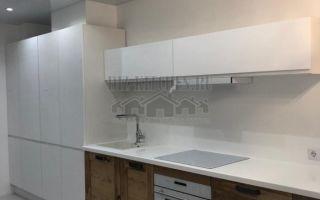 Бело-коричневая кухня Дамиана 21 кв. м с барной стойкой