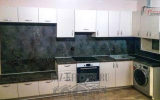 Белая кухня с большой стенной нишей в квартире-студии 25 м<sup>2</sup>