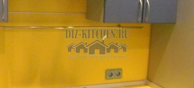 Голубая современная кухня с желтой столешницей и фартуком
