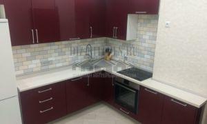 Бордовая глянцевая кухня 12 кв. м с фасадами Аделькрайс