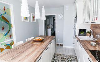 Скандинавский стиль белой кухни с островом площадью 14 м<sup>2</sup>
