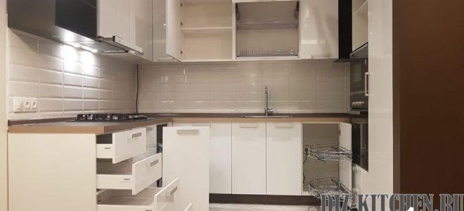Светлая П-образная кухня в стиле минимализм в бело-коричневой гамме