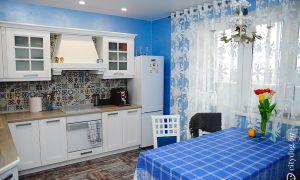 Белая кухня с голубыми стенами площадью 12 кв.м