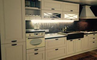 Классическая белая итальянская кухня из массива с подсветкой