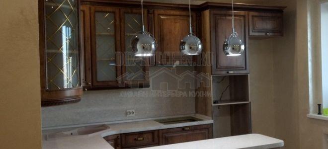Классическая кухня с радиусными секциями и полуостровом на площади 25 кв. м
