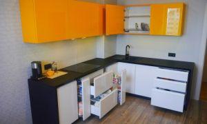 Бело-оранжевая кухня-гостиная в современном стиле