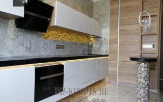 Современная подвесная кухня 30 кв.м, совмещенная с гостиной