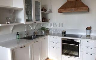 Белая кухня в стиле прованс с лавкой под окном