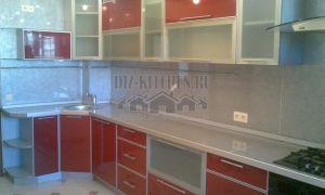 Бело-красная угловая кухня с разноуровневыми фасадами