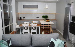 Дизайн кухни-гостиной площадью 20 м<sup>2</sup> с барной стойкой и столом