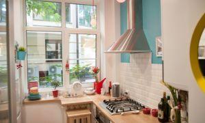 5-метровая кухня без верхних шкафов для молодой пары