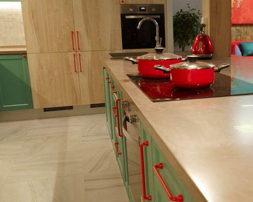 Стильная бирюзовая кухня П-образной планировки для проекта Дом 2