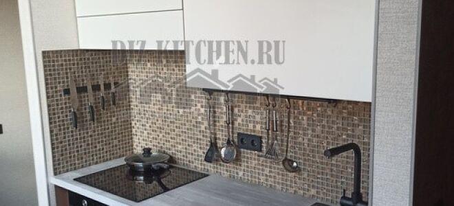 Бело-коричневая современная кухня с барной стойкой возле окна