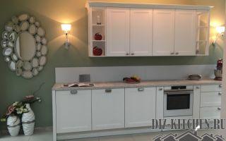 Большая белая кухня 25 м<sup>2</sup> с мебелью в стиле городской классики