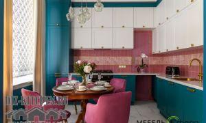 Роскошная лазурная кухня-гостиная до потолка в стиле неоклассика