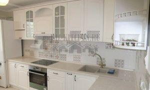 Нежная белая неоклассическая кухня Элегия площадью 6,5 кв. м