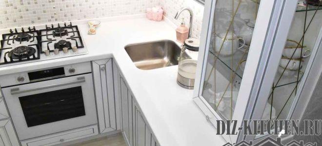 Классическая белая кухня в хрущевке с барной стойкой из подоконника