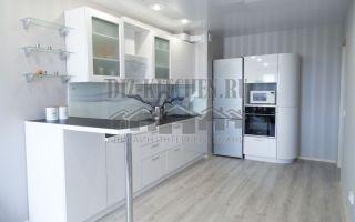 Бюджетная белая глянцевая кухня, совмещенная с гостиной