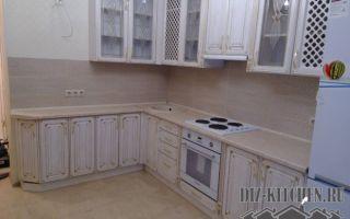 Классическая кухня цвета слоновой кости со стеклянными верхними шкафами