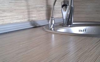 Монтаж кухонного плинтуса на столешницу
