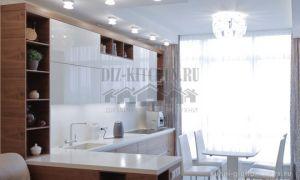 Современная белая глянцевая кухня 12 кв. м с барной стойкой