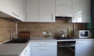 Белый гарнитур на кухне 8,3 кв.м с кирпичной стеной