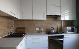 Интерьер белой кухни 8,3 кв м с кирпичной стеной и посудомоечной машиной