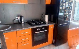 Стильная серо-оранжевая кухня 7 м<sup>2</sup>с подсветкой и обеденной зоной