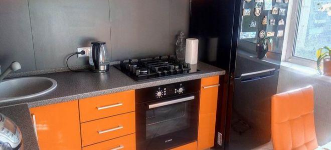Стильная оранжевая угловая кухня 7 кв. м. с подсветкой и обеденной зоной