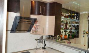 Узкая бежевая П-образная кухня площадью 10 м<sup>2</sup> с барной стойкой