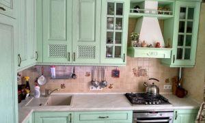 Элитная кухня в салатовых тонах с серебряной патиной и состаренной плиткой