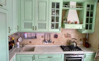 Элитная кухня в зеленых тонах с серебряной патиной и состаренной плиткой
