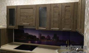 Угловая коричневая кухня со стеновой панелью в фиолетовых тонах