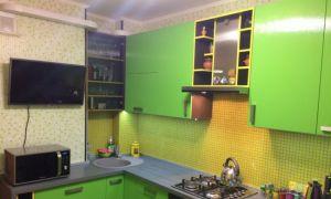 Яркая салатовая кухня 10 кв. м с фасадами из пластика
