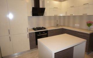 Бежевая кухня-гостиная с островом 9,5 кв.м